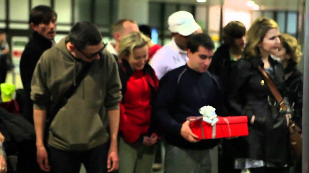 Pessoas recebendo presentes da Spanair