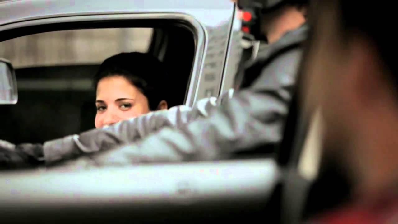 mulher, sorrindo, carro do lado, motoqueiro,