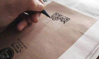 anúncio de emprego, jornal, mão, caneta, qr code